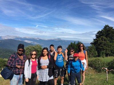 le groupe profite de la vue en séjour de vacances adaptées