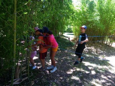les enfants font un parcours pendant un jeu