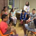 les enfants font une atelier chant en séjour de vacances adaptées