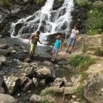 les enfants se promenent à la cascade en séjour de vacances adaptées