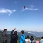 un groupe d'enfant s'amuse avec un cerf volant en séjour de vacances adaptées