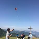 les enfants font du cerf volant en séjour de vacances adaptées