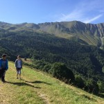les enfants font une balade en montagne en séjour de vacances adaptées