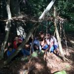 les enfants construisent une cabane en séjour de vacances adaptées