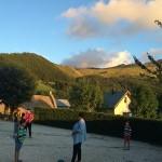 les enfants font un jeu dehors pendant le séjour de vacances adaptées
