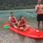 les enfants vont au lac en séjour de vacances adaptées