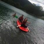 la groupe profite d'une journée au lac en séjour de vacances adaptées