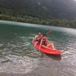 les enfants font d'une journée au lac en séjour de vacances adaptées