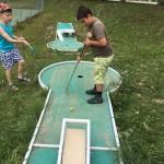 les enfants jouent au minigolf en séjour de vacances adaptées