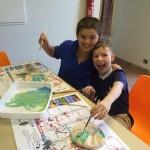 les enfants font de la peinture en séjour de vacances adaptées