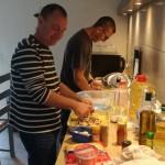 préparation du repas pendant le séjour de vacances des ainés