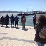 le groupe du séjour de vacances adaptées à l'étranger en promenade